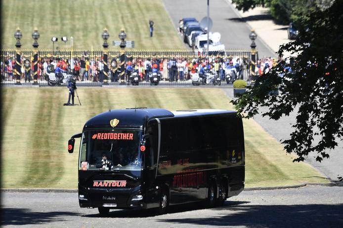 De spelersbus komt aan op het Kasteel van Laken.