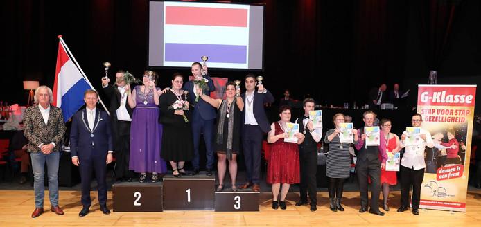 De winnaars tijdens het NK in Veenendaal met burgemeester Kats, die de prijzen uitreikte.