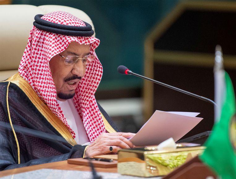 Koning Salman geeft een speech tijdens de spoedvergadering.