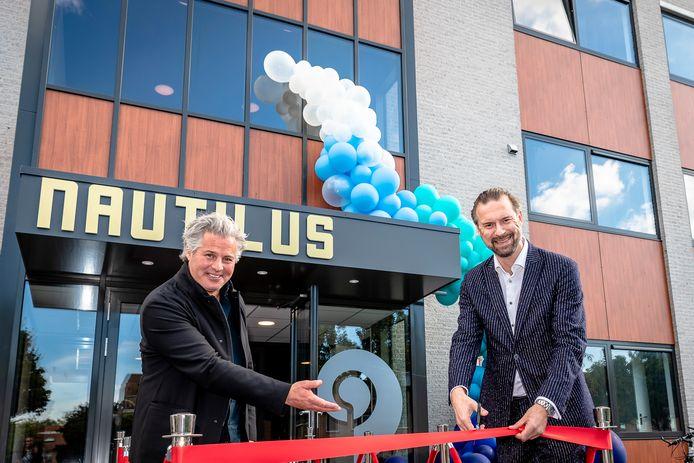 De Capelse wethouder Maarten Struijvenberg (r) viert, in september vorig jaar, het ombouwen van een bedrijfspand tot 51 appartementen.
