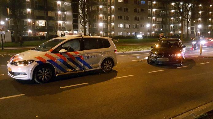 De politieauto en de BMW raakten beide behoorlijk beschadigd.