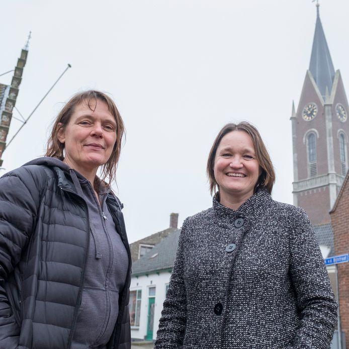 Marianne van der Wekken (links) en Marjan Riedijk bij de kerktoren van Zonnemaire.