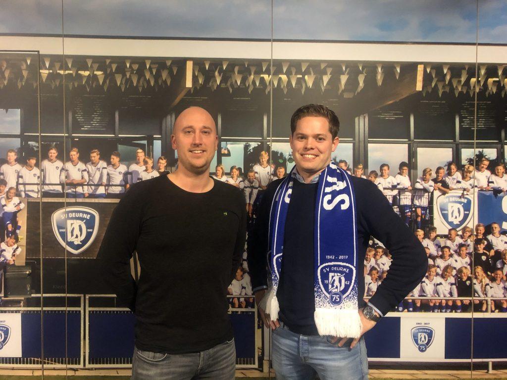Trainer Frank Teeuwen (r) en assistent Wim Verbeek hebben hun contract bij Deurne voor onbepaalde tijd verlengd.