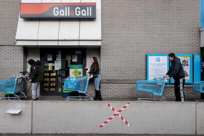 Afstand houden bij supermarkt Albert Heijn.