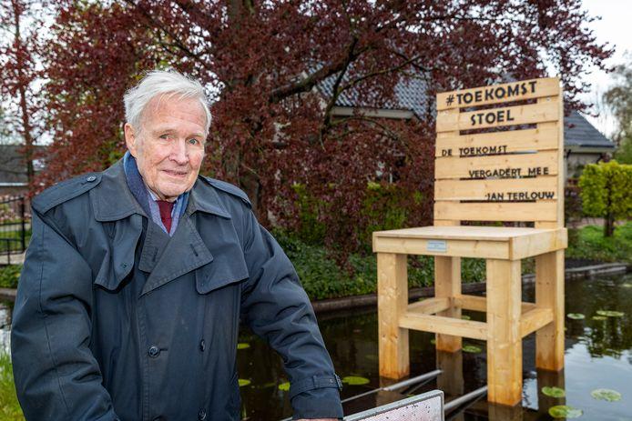 Jan Terlouw in Nieuwkoop bij de onthulling van zijn Toekomststoel.