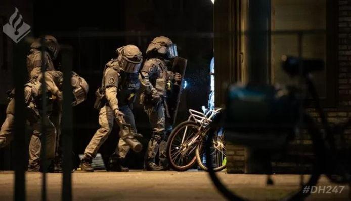 De politie valt een woning binnen. Het is een van de vele acties op 16 september 2020 als Piet S. en zijn vermeende kompanen gearresteerd worden.