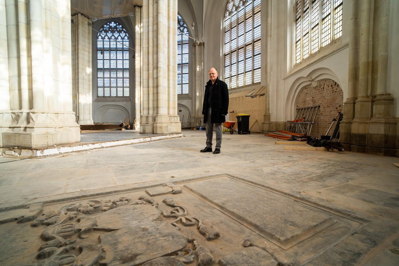 """Bouwmeester Peter Koelewijn was aangenaam verrast over de conditie van de blootgelegde grafzerken in de Eusebiuskerk. ,,Onvoorstelbaar. Zoveel reliëf!"""""""