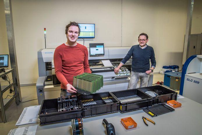 Bas Lenters (links) kwam via de innovatiehub terecht bij het Oldenzaalse bedrijf Aemics waar hij zijn afstudeeropdracht heeft afgerond.