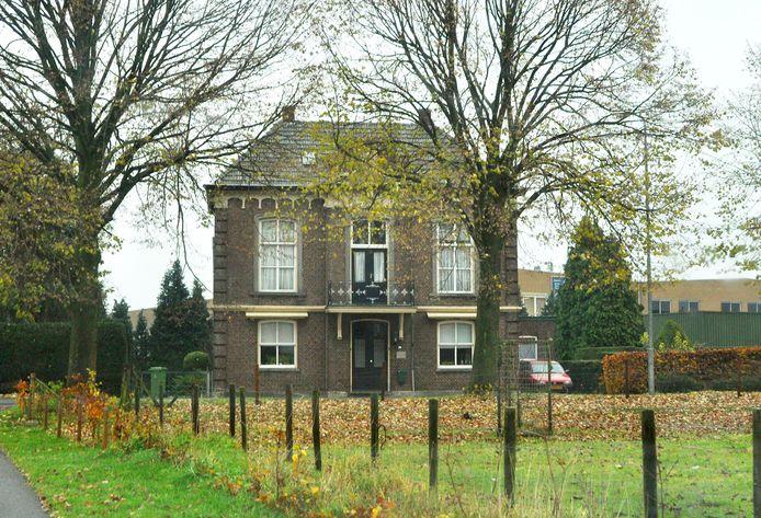 Het raadhuis in Klein-Linden op een foto uit 2011, een van de weinige 19de-eeuwse gemeentehuizen in het Land van Cuijk die bewaard zijn gebleven.
