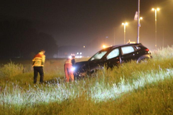 De auto belandde uiteindelijk in de berm van de A50 bij Heerde.