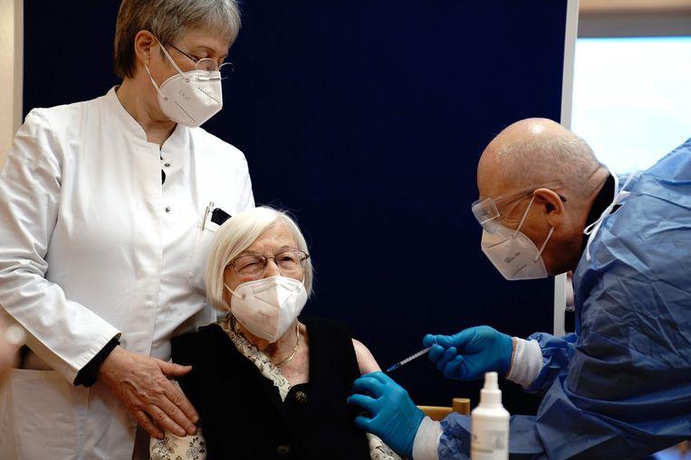 Gertrud Haase (101) krijgt in Berlijn een dosis van het Pfizer-Biontech-vaccin in haar arm. Beeld AFP