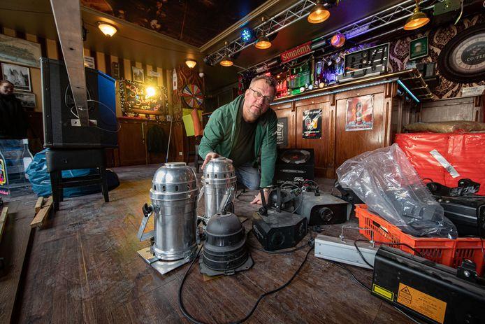 Eigenaar Rik Vinke van Café Eigenwijs aan de Plantage is tijdens de gedwongen sluiting door de coronacrisis druk aan het opruimen, soppen en verven.