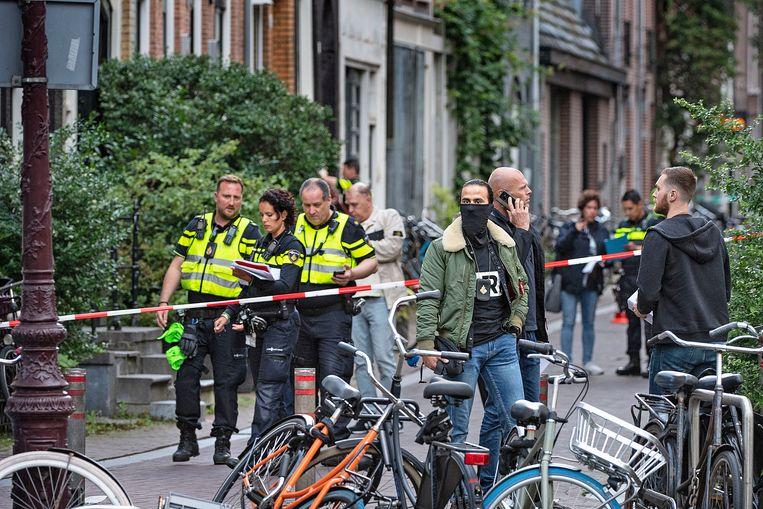Politiemensen dinsdagavond aan het werk in de Lange Leidsedwarsstraat in Amsterdam. Daar is kort na half acht misdaadverslaggever Peter R. de Vries neergeschoten. Beeld Guus Dubbelman / de Volkskrant