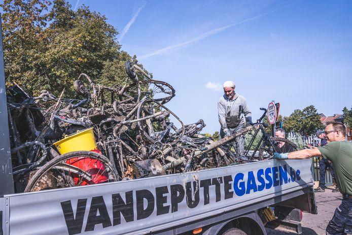 De magneetvissers haalden een indrukwekkende berg fietswrakken boven