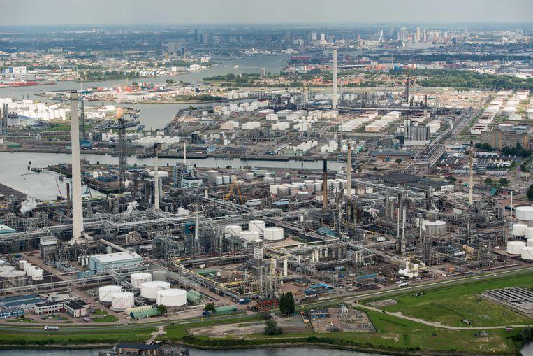 De raffinaderij van Shell bij Pernis, één van de meest vervuilende locaties van Nederland. Beeld ANP
