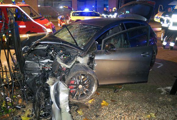 De auto kwam tegen de omheining van McCain terecht. De twee inzittenden raakten zwaargewond.