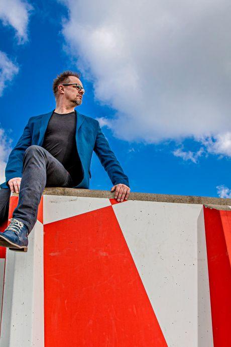 Cabaretier Silvester uit Apeldoorn zit in coronajaar niet stil en schrijft boek: 'Ik hou ervan schepen achter me te verbranden'