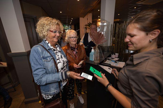 Gasten van De Stadsherberg in Kampen laten hun groene vinkje zien.
