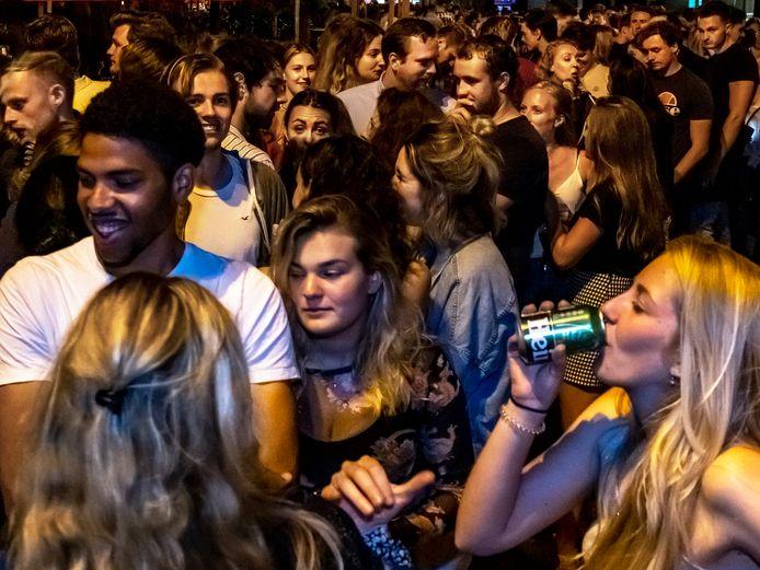 Rijen wachtenden voor Utrechtse clubs. afgelopen zaterdag. Met toegangstest, maar zonder anderhalvemeter kan er weer volop gedanst worden.