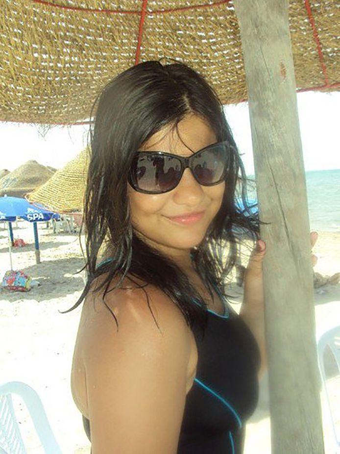 In bijlage een foto van Hafsa Sliti uit 2010, toen ze nog een gewone Belgische puber was. Afkomstig van haar Facebookaccount.