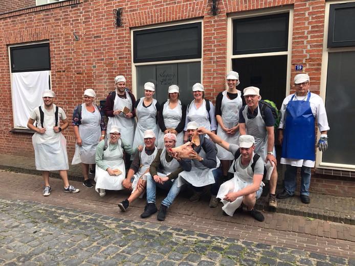 Deelnemers van Wie is het Mulleke voor slagerij Van de Camp in Megen. Mulleke Tonny van Tongeren staat als tweede van rechts.
