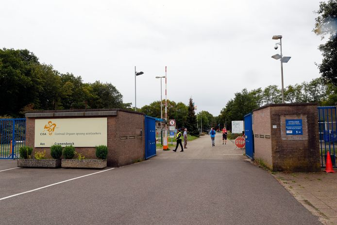 Entree van het asielzoekerscentrum op het terrein van de voormalige Nassau-Dietzkazerne in Budel.