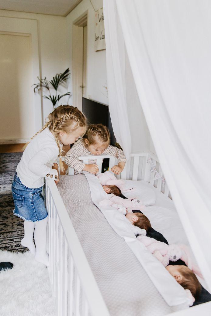 Barunka en David Knul uit Putten kregen een eeneiige drieling. Hier zagen dochters Aimée en Sophie hun zusjes voor het eerst.