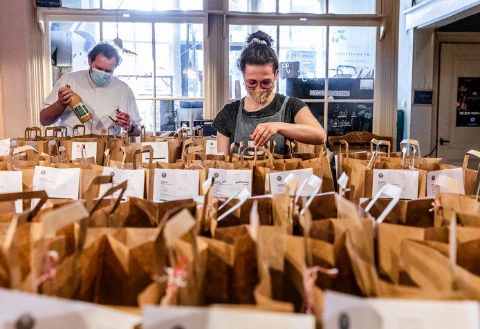 De eerste tasjes voor de moederdagontbijtjes van Nobel's Brood worden gevuld.