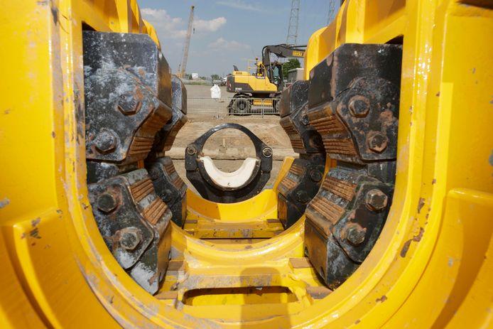 Met een uit de kluiten gewassen boormachine werd in 2014 26 meter onder de Waal door geboord voor de aanleg van het warmtenet.