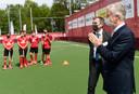 Koning Filip bidt voor een goede afloop voor de Red Lions op de Olympische Spelen. Lees: een gouden medaille.