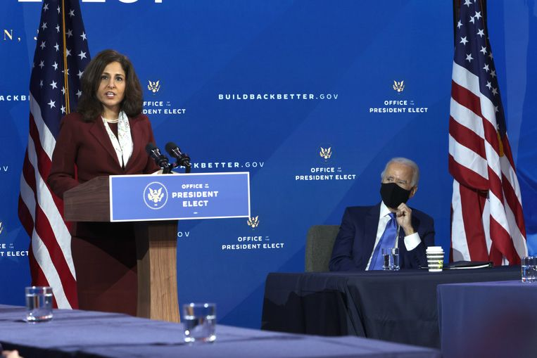 Neera Tanden en Joe Biden in december 2020. Beeld Getty Images
