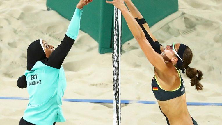 Doaa Elghobashy van Egypte en de Duitse Kira Walkenhorst (GER) nemen het tegen elkaar op in de beachvolleybal-arena. Beeld photo_news