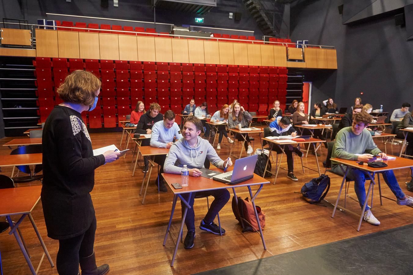 Examenleerlingen van het TBL krijgen les in theater de Lievekamp.