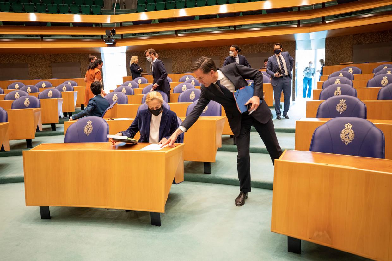 Sigrid Kaag (D66) en Mark Rutte (VVD) bij het debat over de aanstelling van Herman Tjeenk Willink als formateur.