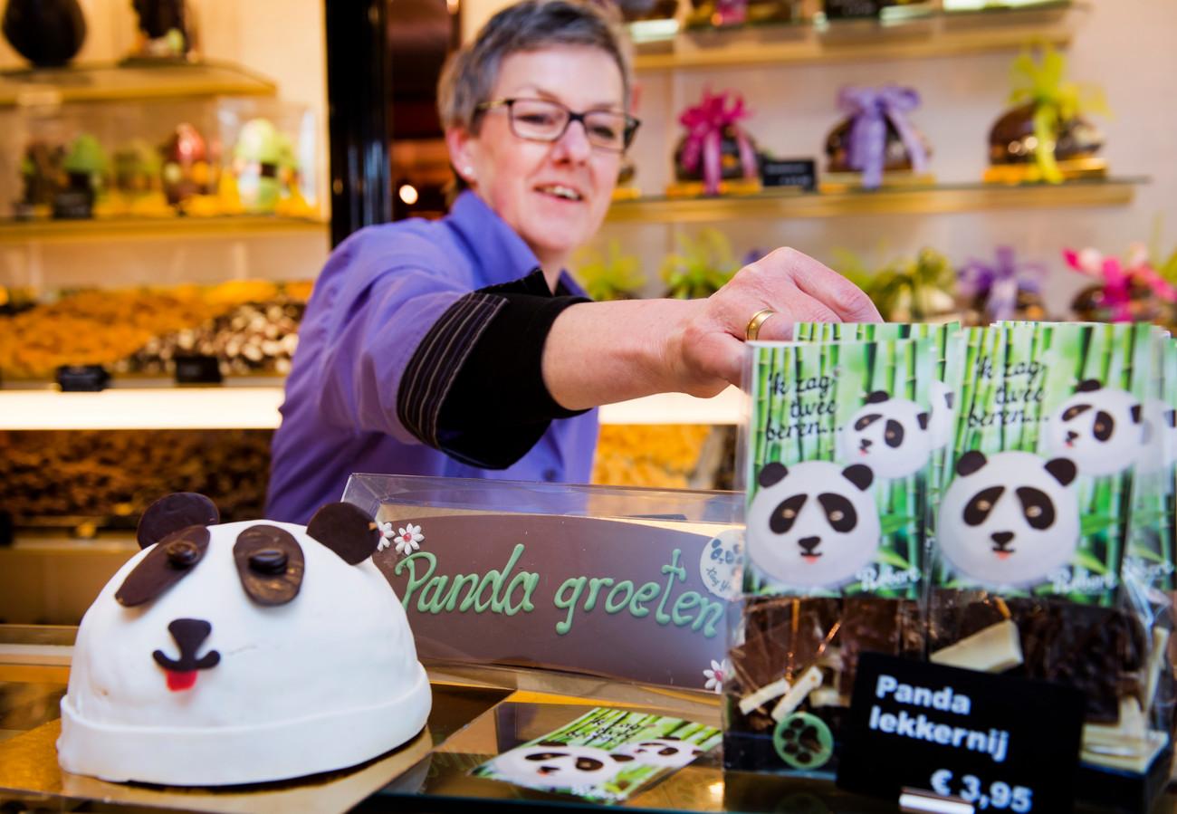 """De pandataart van de bakker: ,,In de taart zit onder meer slagroom, cake en chocolademousse verwerkt"""", aldus een medewerkster."""