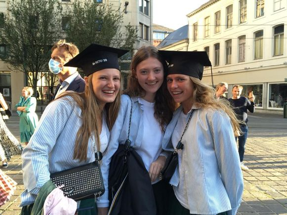 Britt Blommaert, Audrey De Keyzer en Hélène Goesseye (alledrie 18 jaar), die hun proclamatie eerder op de avond hadden, wachten op hun vriendinnen.
