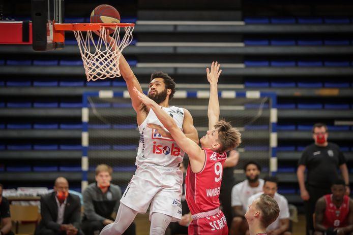 Silas Melson (Limburg United) springt hoger dan Niels Van Den Eynde (Antwerp Giants) en kan afwerken.