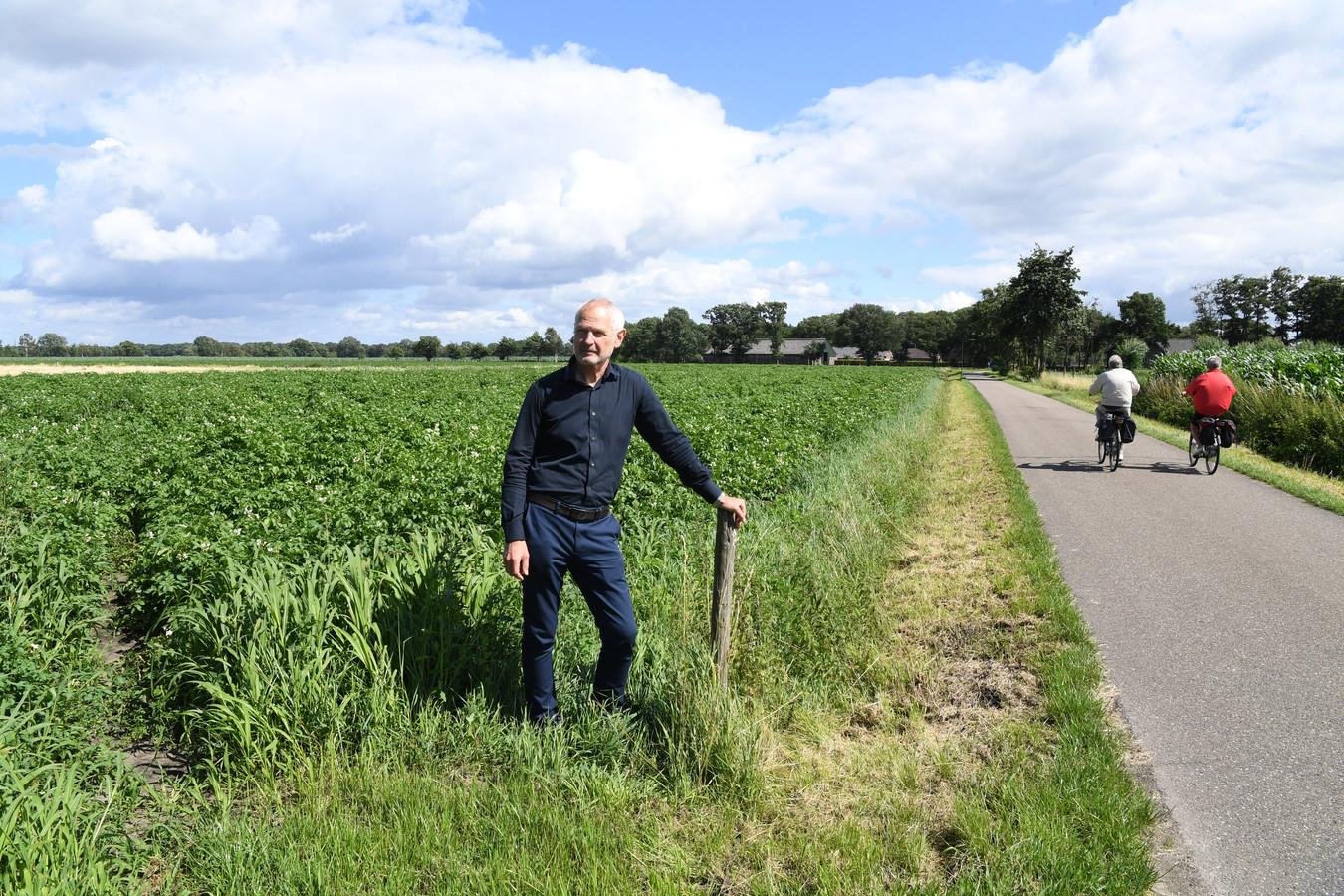 Omwonende Paul Kremers bij een deel van het akkerland dat tot zonnepark wordt gemaakt.