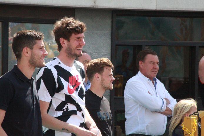 Petar Golubovic, Felipe Avenatti en Kristof D'Haene kijken geamuseerd toe