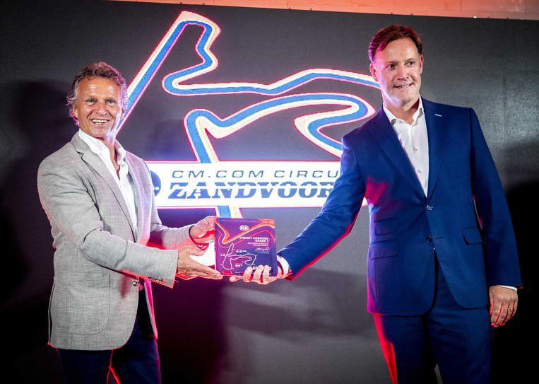 Jan Lammers (links) en Robert van Overdijk, respectievelijk directeur sportief en circuitdirecteur van de Dutch Grand Prix, tonen de Grade One-licentie. Het certificaat is formeel nodig om Formule 1 te mogen ontvangen. Beeld Remko de Waal, ANP