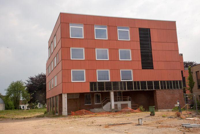 Het nieuwe jeugdhuis komt in de half verzonken kelder van de voormalige kousenfabriek van Cordonnier.