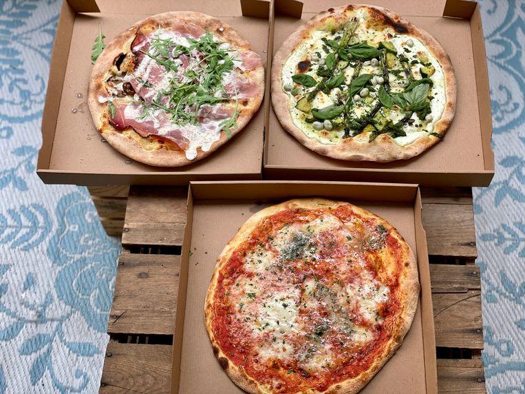 De pizza's en de gul gevulde box komen netjes aan. Beeld Monique van Loon