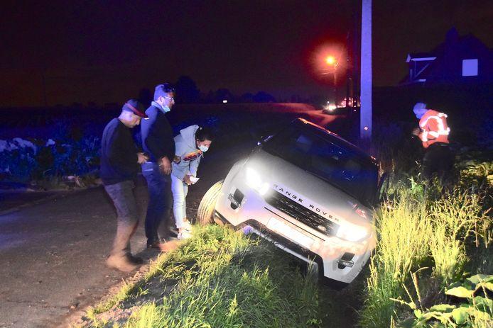De Range Rover belandde in de gracht langs de Sint-Amandstraat in Meulebeke.
