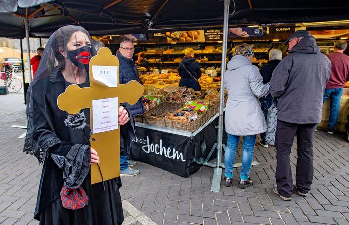 Verena op ten Noort was vandaag de rouwende dame op de markt van Vorden, als protest tegen de coronamaatregelen.