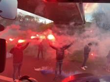 Terugkijken: Honderden supporters zwaaien spelers De Graafschap uit met erehaag van fakkels en 120 trekkers op A18