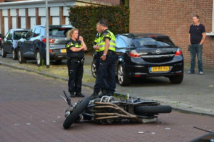 Motorrijder botst op auto in de Verbeetenstraat in Breda.