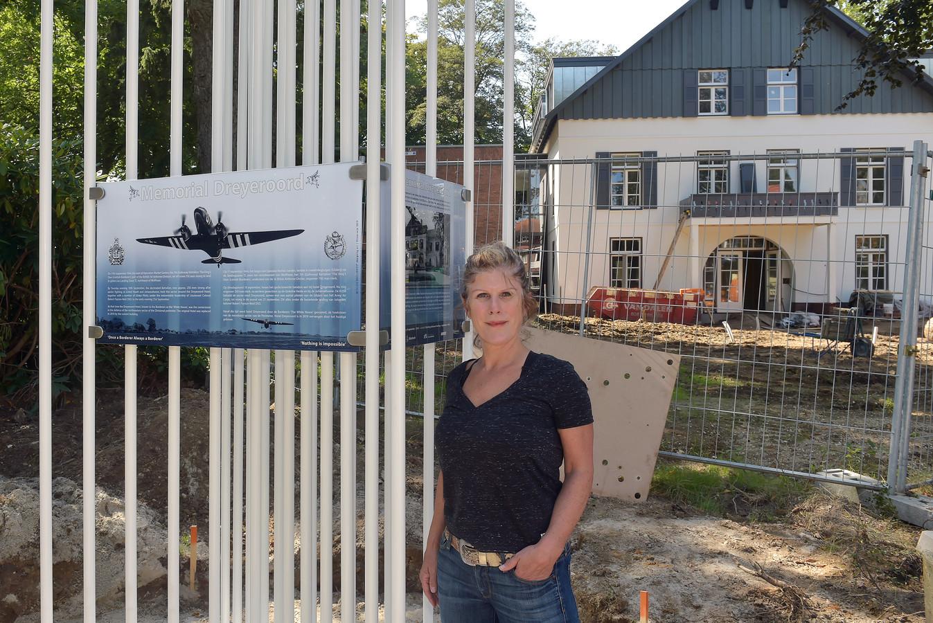 Ellen Brouwers voor Hotel Dreyeroord, waar haar oorlogsgedenkteken voor Oosterbeek is komen te staan.