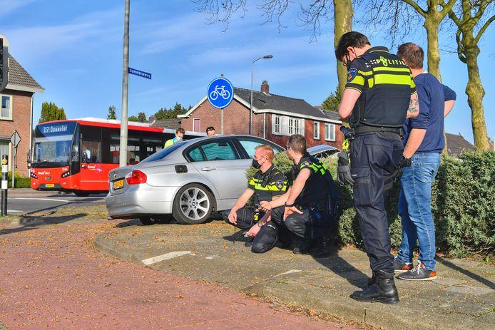 De auto botste in Valkenswaard tegen een boom.