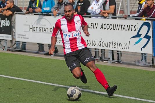 Renzo Roemeratoe in actie namens VC Vlissingen. Hij scoorde zondag tegen koploper Groene Ster.