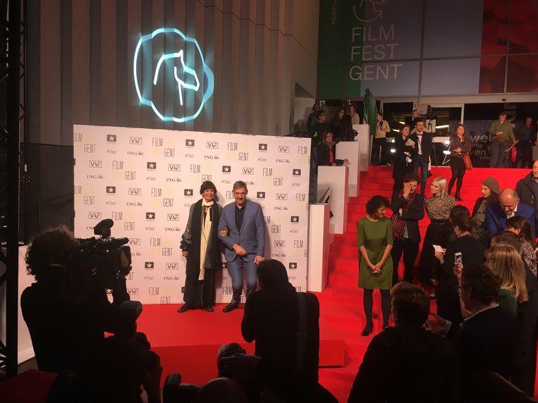 Peter Van Den Begin gaat even door de knieën voor een foto met Geraldine Chaplin.